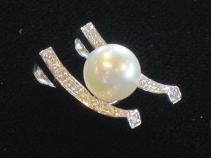 I) 14k white gold pendant Pearl Diamonds  Appraised Value: $500  Weight (including stones and diamonds): 2.4g