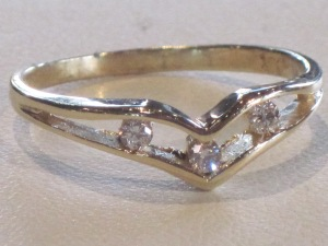 G) 14k yellow gold ring 3 diamonds Size: 7  Weight (includes diamonds): 1.9g